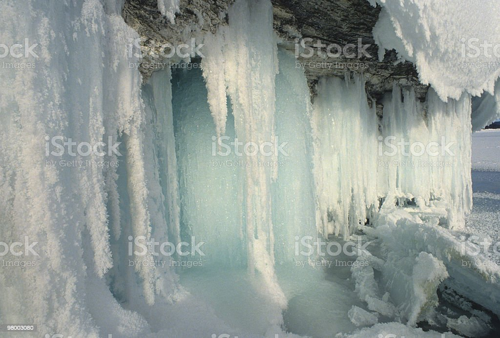Winter Scene of Icicles and Snow on Rocks royalty free stockfoto
