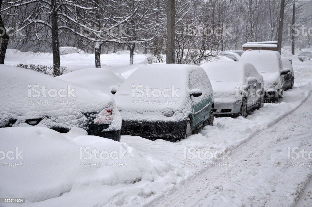 冬天的場景。在院子裡的雪覆蓋汽車。 免版稅 stock photo