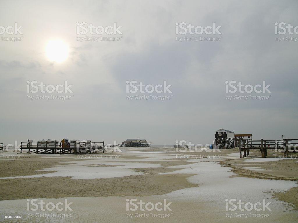 Winter Schnee am Strand mit Pfahlbauten beach snow stock photo