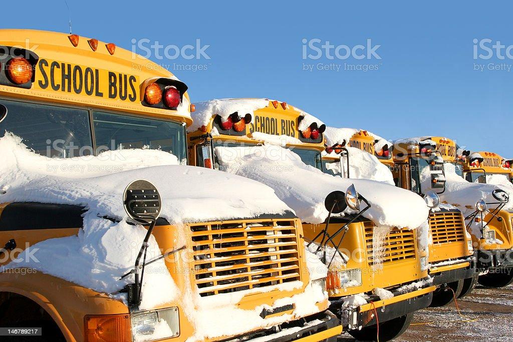 Os autocarros escolares de inverno - foto de acervo