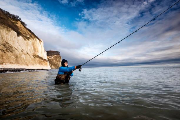 angeln im winter meer bei møns klint-dänemark - angeln dänemark stock-fotos und bilder