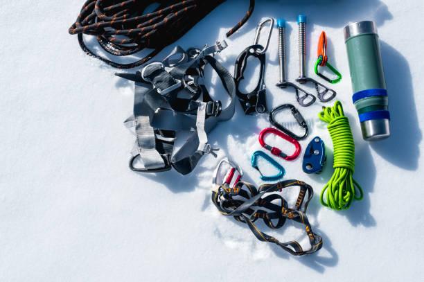 冬は、カラビナの傷とアイスクライマーとキャンプ魔法瓶の機器のセット。デザイナーの領域をコピーします。 ストックフォト
