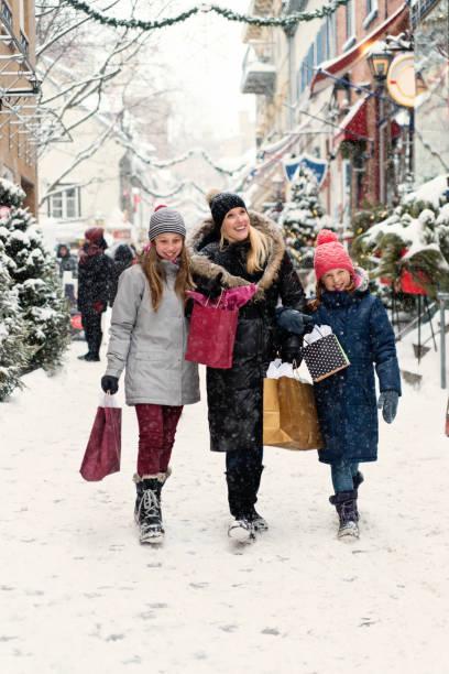 Winter shopping für Mutter und preteen Mädchen. – Foto