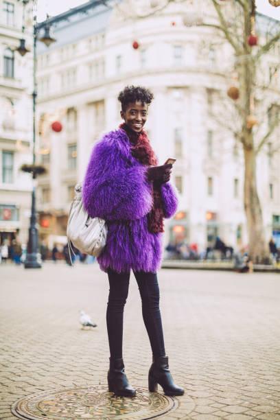winter winkelen - street style stockfoto's en -beelden