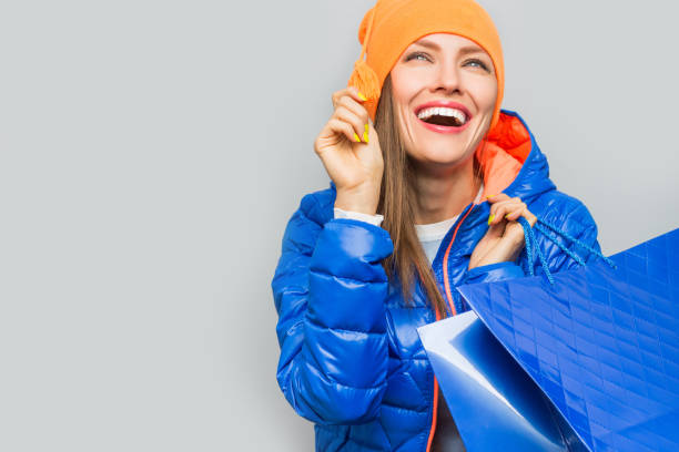 winter shopping frau - damenjacken stock-fotos und bilder