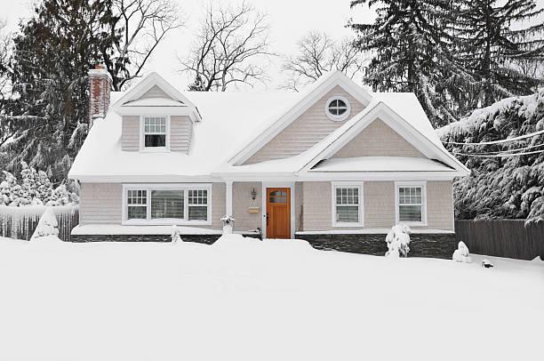 cuchilla de la nieve de invierno estilo casa de cape cod - invierno fotografías e imágenes de stock