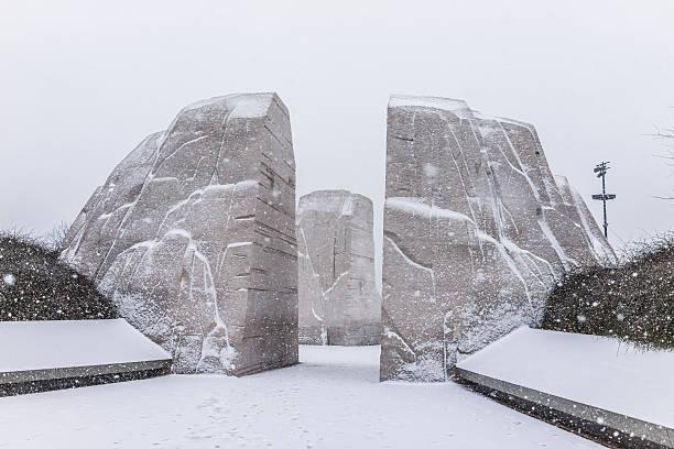 winter snow storm with martin luther king jr. memorial - mlk day zdjęcia i obrazy z banku zdjęć