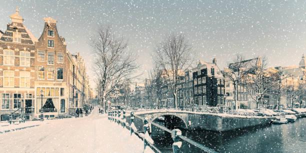 winter snow view van een nederlands kanaal in amsterdam - keizersgracht stockfoto's en -beelden