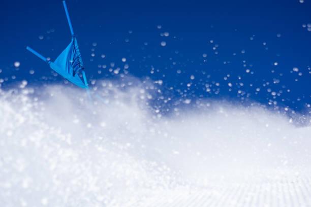 wintersport detail spritzen schnee klar blauen himmel ski pole flagge rennen - skirennen stock-fotos und bilder