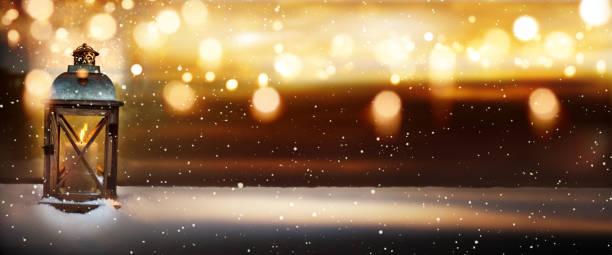 winter-stillleben mit einer laterne - kerzenlaterne stock-fotos und bilder