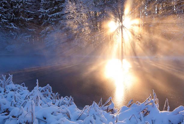 winter Sonnenstrahl auf einen kleinen See – Foto