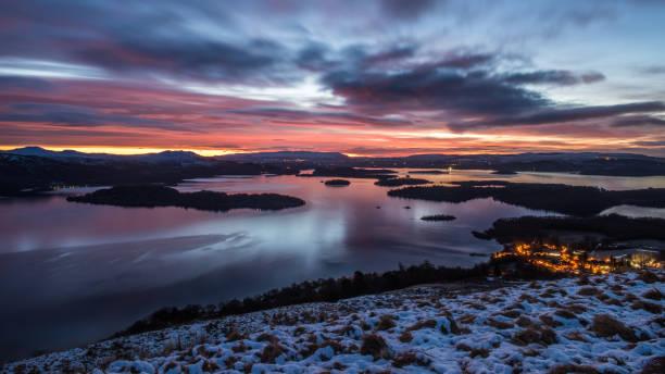 Nascer do sol de inverno em Loch Lomond - foto de acervo