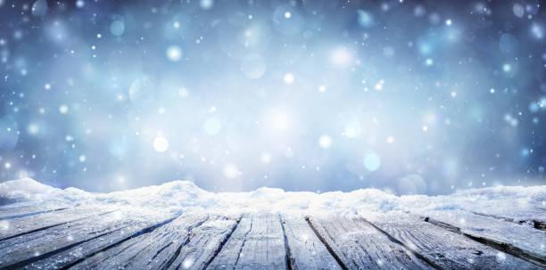 Wintertisch - Schneeplanke mit Schneefall am kalten Himmel – Foto