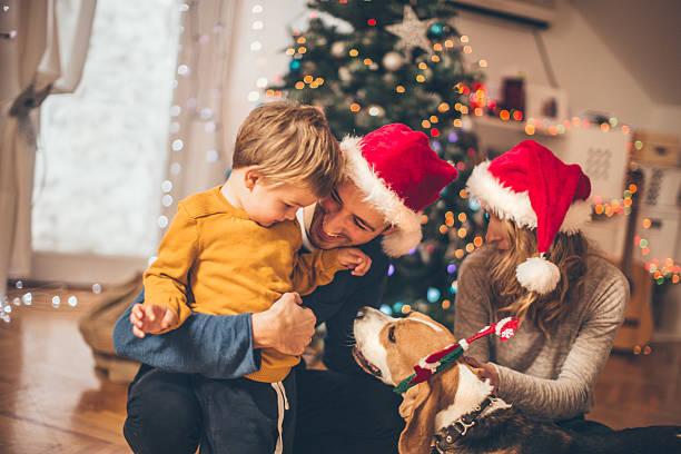 winter zeit und familien - kinder weihnachtsfilme stock-fotos und bilder