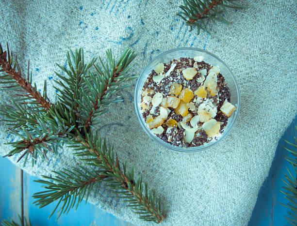 winter-tiramisu mit orangen, mandeln und schokolade tropfen - weihnachtlich tiramisu stock-fotos und bilder