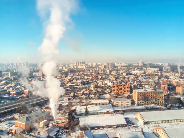 冬の町。市では、冷ややかな晴れた日。街には雪、 - クラスノダール市 ストックフォトと画像
