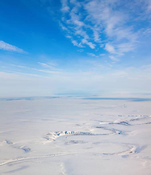 上から冬ツンドラ - ツンドラ ストックフォトと画像