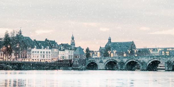 winters aanblik van de nederlandse sint servaas brug met lichten in maastricht - maastricht stockfoto's en -beelden