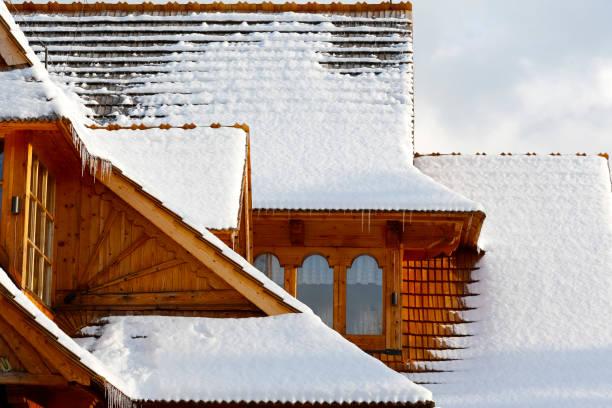 winter-blick vom schnee bedeckt dach - dachschräge einrichten stock-fotos und bilder