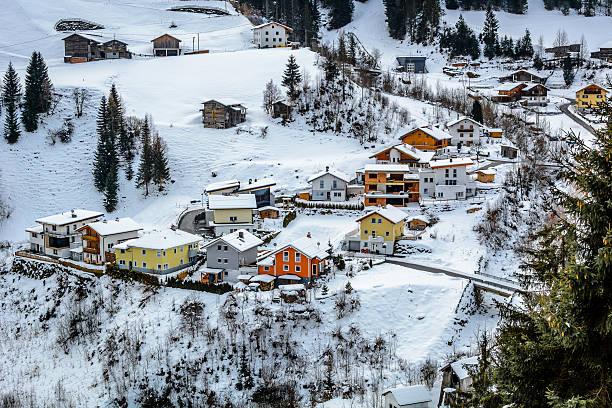 Winter-Dorf mit bunten Hütten im Vorort Ischgl, Österreich. – Foto