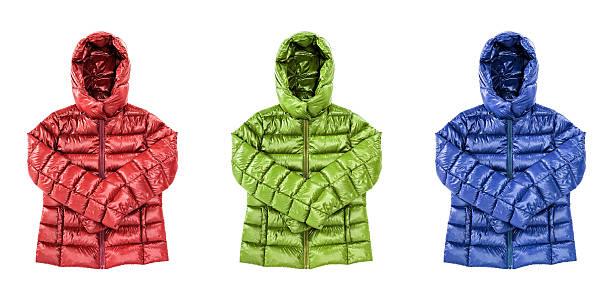 冬の温かなダウンジャケット、赤、緑、青の色の絶縁 - ダウンジャケット ストックフォトと画像