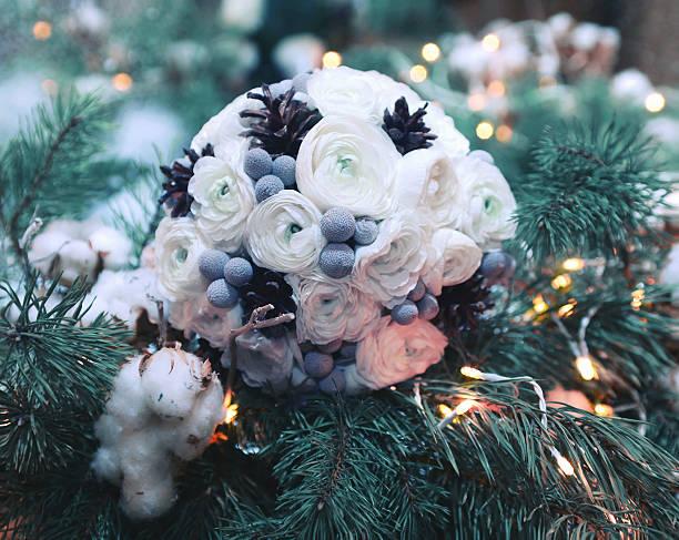 winter wedding bouquet flowers decorated cones on branch christmas tree - brautstrauß aus holz stock-fotos und bilder