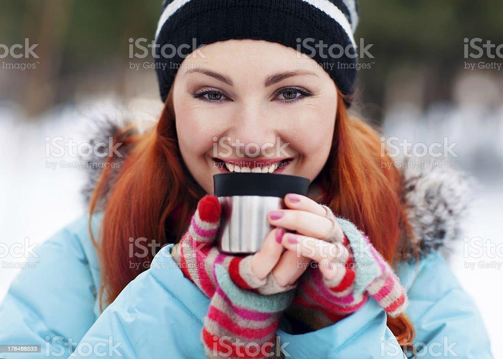 winter-Frau trinken Tee mit warmen – Foto