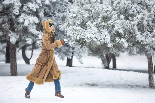 winter-frau mit spaß - winterjacke lang damen stock-fotos und bilder