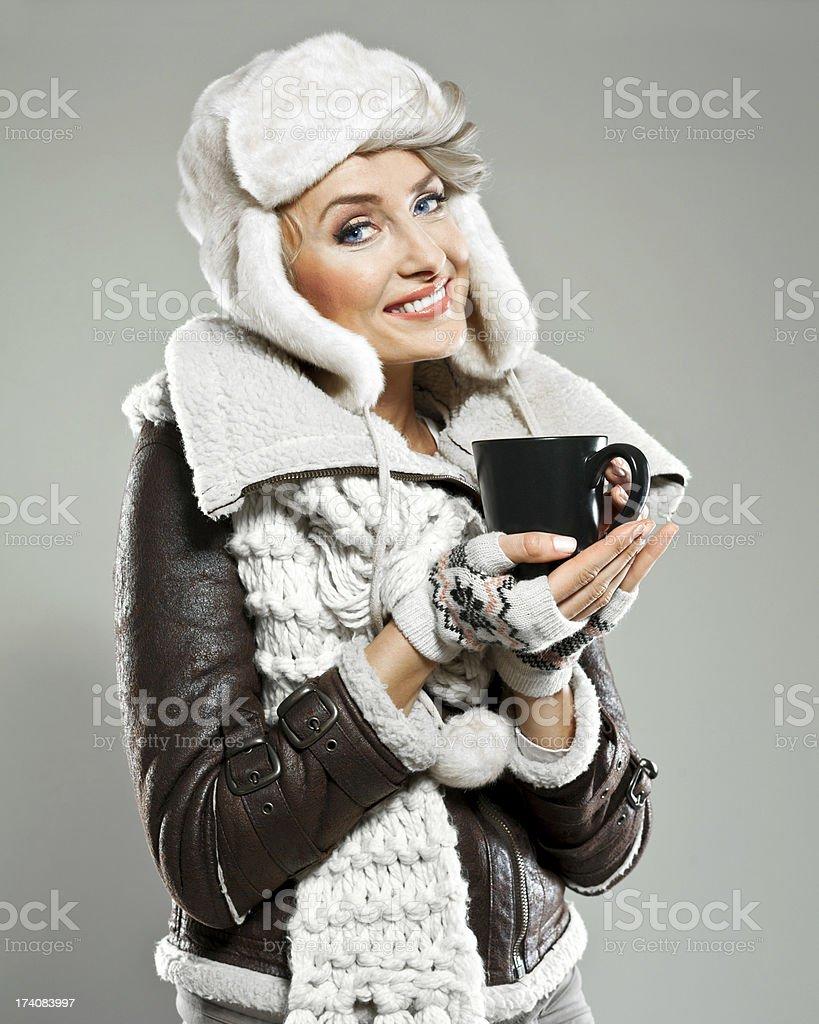 Winter-Frau mit Tasse Lizenzfreies stock-foto