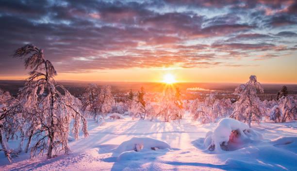 スカンジナビアで夕暮れ時の冬のワンダーランド - ツンドラ ストックフォトと画像