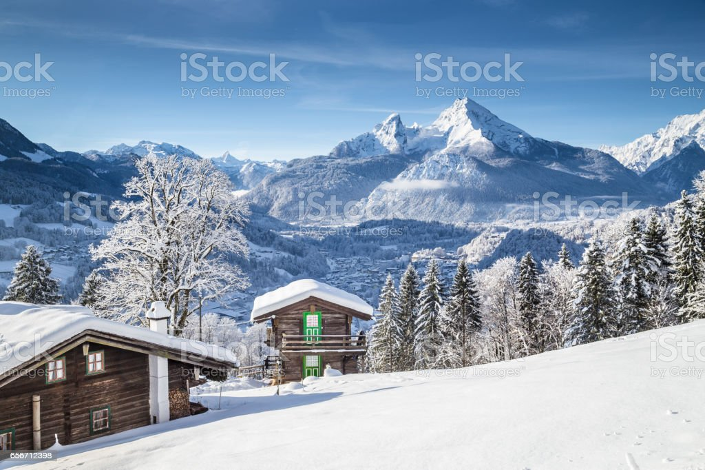 Winter wonderland scenery in the Alps with traditional mountain chalets – Foto