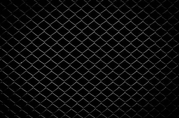 clôture en fil métallique avec fond noir isolé - grillage photos et images de collection