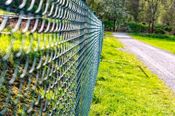terrain clôturé de barrière de treillis métallique - grillage photos et images de collection