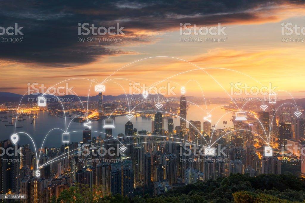 Réseau de communication sans fil dans le concept de la grande ville. IoT (Internet des objets). TIC (technologies de l'Information Communication) - Photo