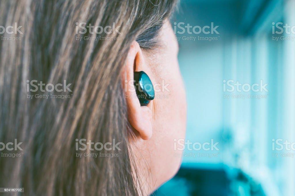 Fones de ouvido sem fio, tocam música e identificador de chamadas de telefone mãos-livres - foto de acervo
