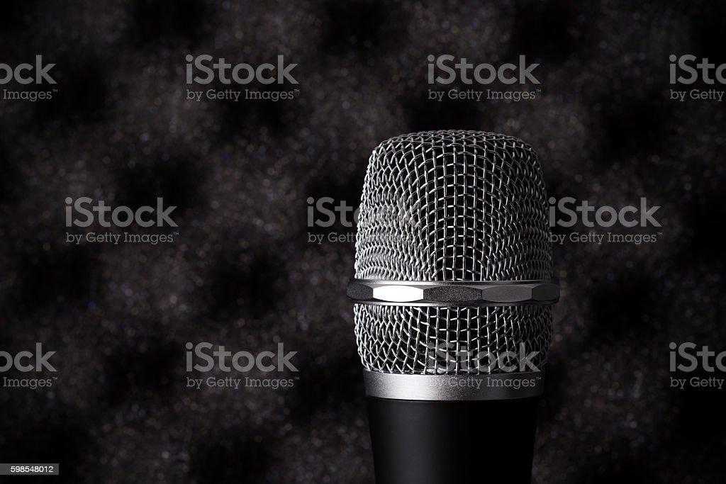 Gros plan du microphone sans fil de la mousse sur fond de musique acoustique photo libre de droits