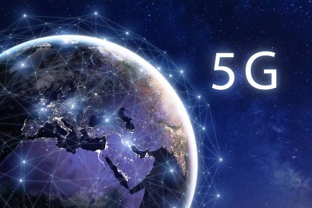 5G drahtlose mobile Internet-Telekommunikationsnetz-Bereitstellung in der Welt, High-Speed-Datenkommunikationstechnologie, globale Verbindung rund um den Planeten Erde mit Stadtlichtern aus dem Weltraum betrachtet – Foto