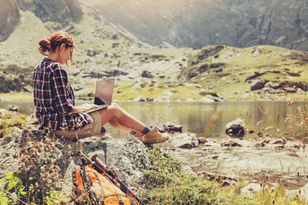 wireless-technologie in den bergen - reiseblogger stock-fotos und bilder