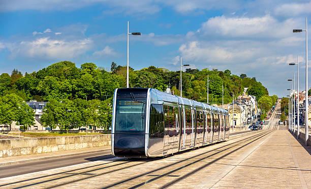 w-lan-straßenbahn auf der pont wilson bridge in touren – frankreich - own wilson stock-fotos und bilder