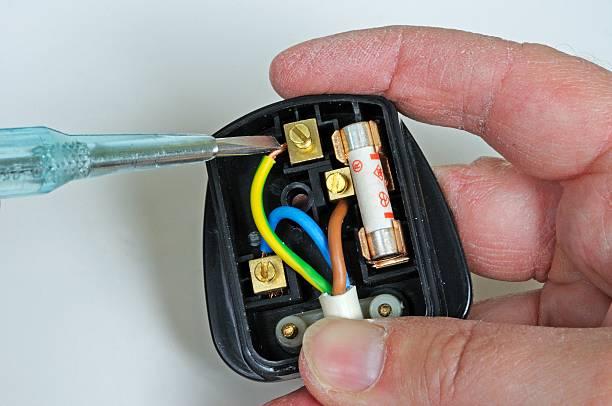 câblage un anglais prise électrique à trois fiches. - prise électrique à trois fiches photos et images de collection