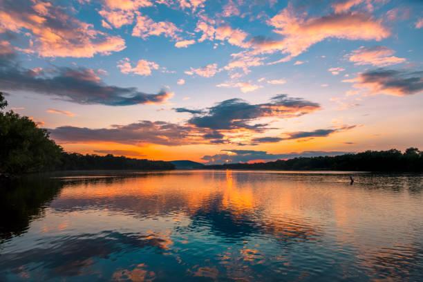 atardecer río de wisconsin - lago fotografías e imágenes de stock