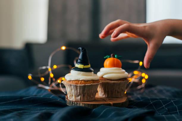 sombrero de bruja y cupcakes de calabaza - magdalena dulces fotografías e imágenes de stock