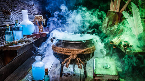 hexe-hütte mit schriftrollen, bücher und blaue tränke für halloween - pfannen test stock-fotos und bilder