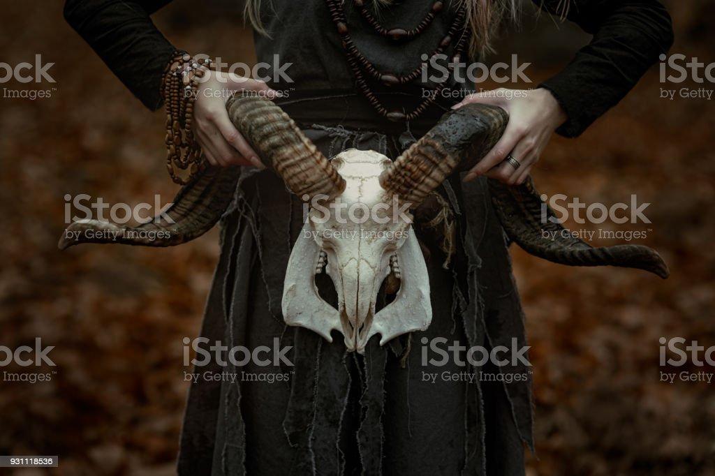 La bruja en un vestido negro largo - foto de stock