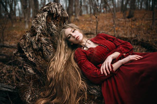 hexe im wald - gothic kleid stock-fotos und bilder