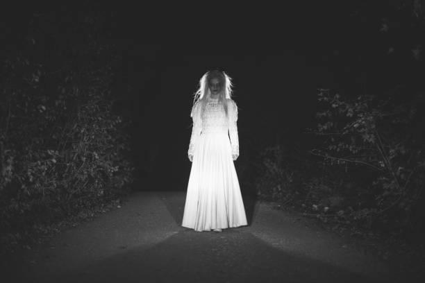 strega in bianco - orrore foto e immagini stock