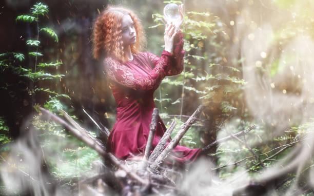 hexe-ritual in einem wald - elfenkostüm damen stock-fotos und bilder