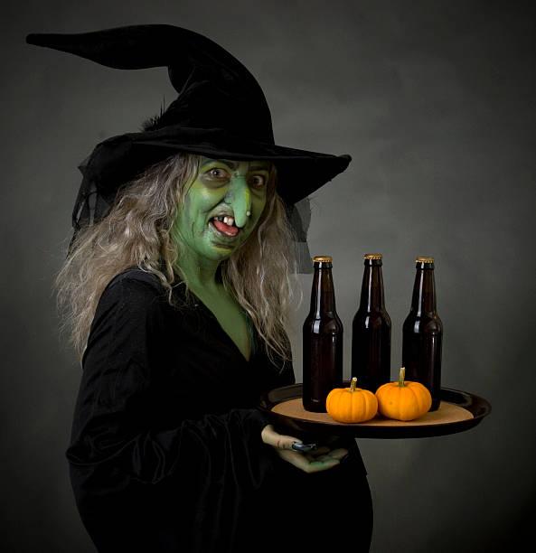 hexe kellnerin - bier kostüm stock-fotos und bilder
