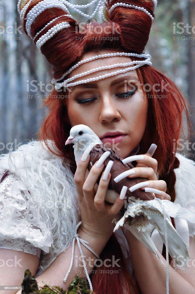 Sorcière avec des cornes et une colombe magique dans ses mains - Photo de Adulte libre de droits