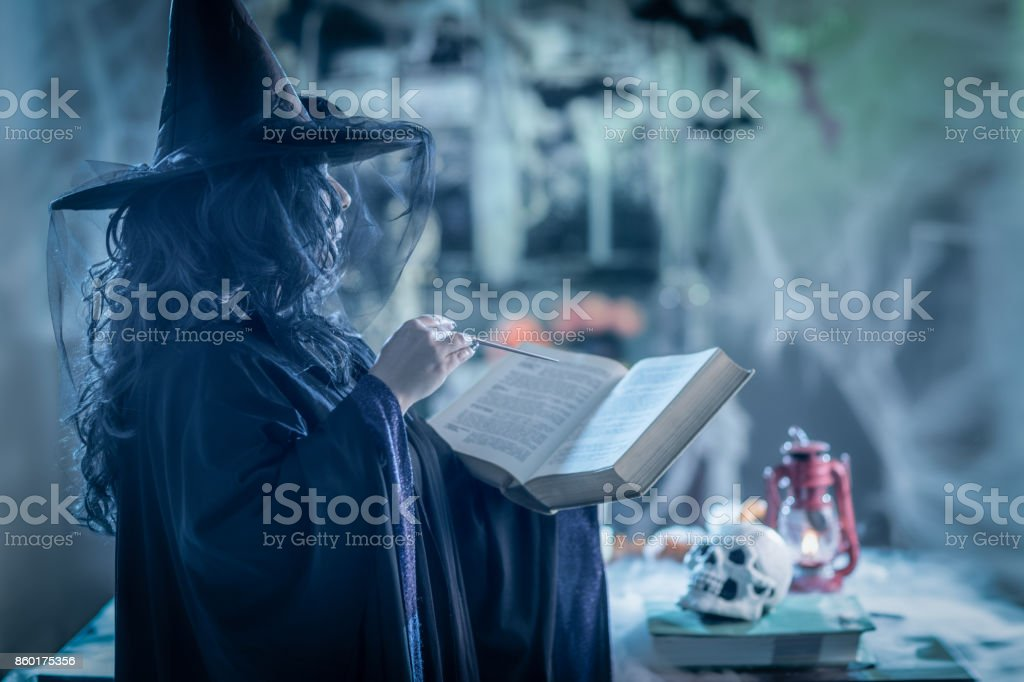 Bruja con libro de magia - foto de stock